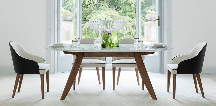 Table ronde avec plateau en marbre et élégantes chaises Judy