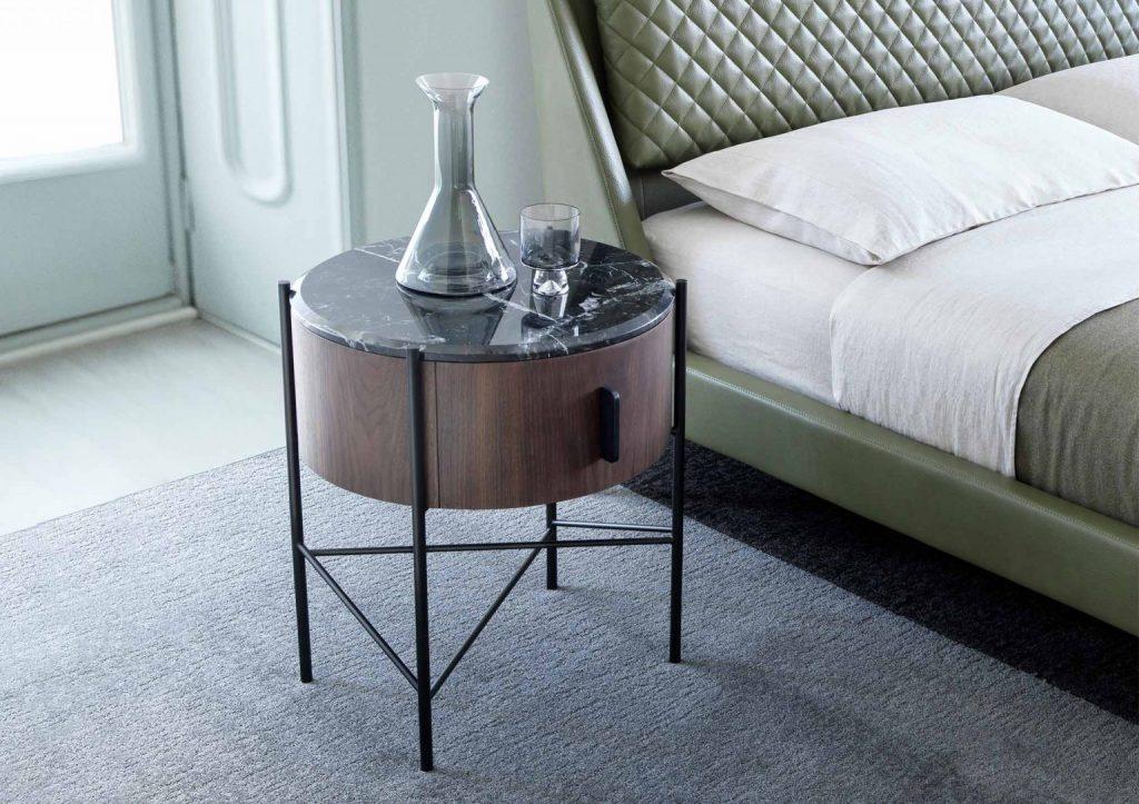Lit en cuir Chelsea et table de chevet Roi by BertO
