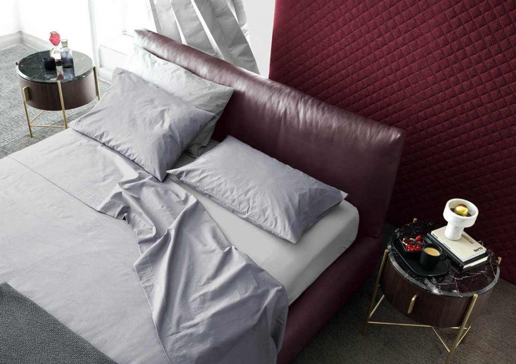 Set de draps en coton Yoko gris habillent élégamment le lit Soho en cuir