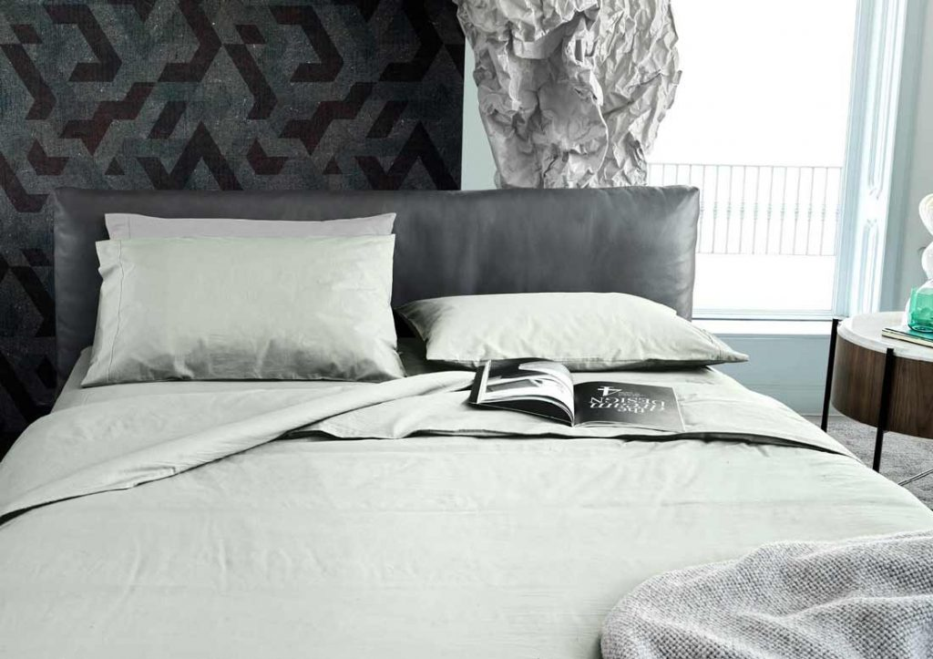 Association draps en coton 100% Stone Washed Yoko verts et lit Soho en cuir gris