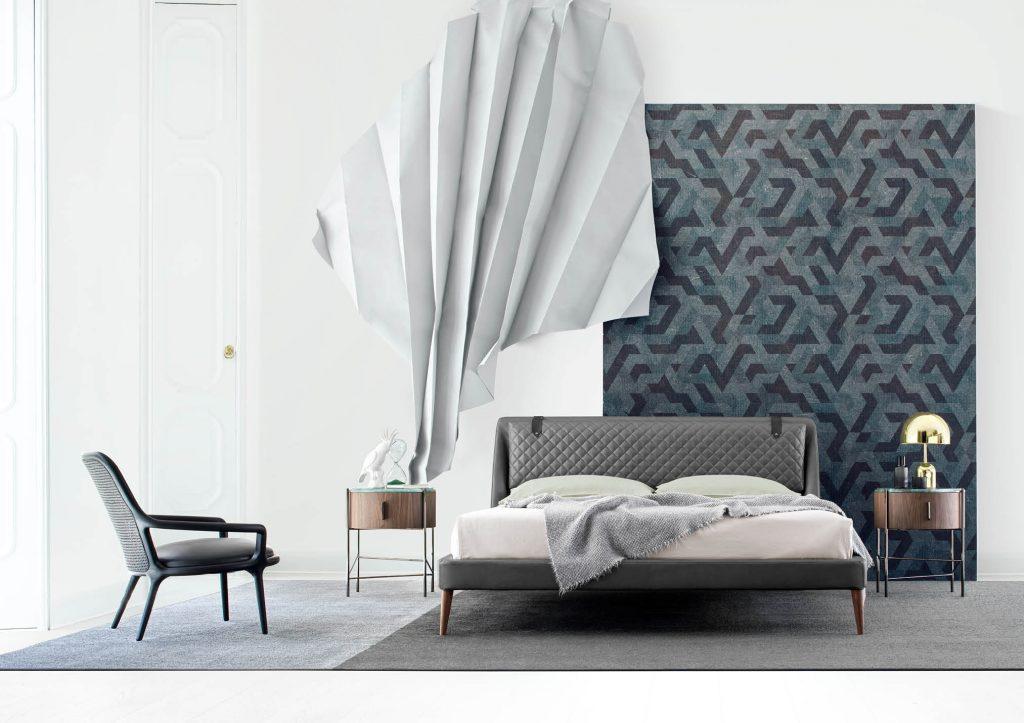 Chambre à Coucher meublée avec: Lit Chelsea en Cuir, table de chevet Roi et Fauteuil Patti Noir